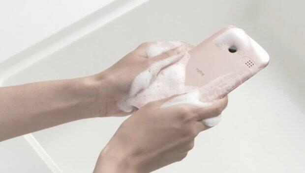 Su-ve-sabunla-yikanabilen-akilli-telefon